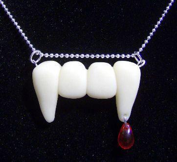 Fangs-necklace